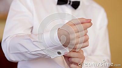 l 39 homme porte la chemise et les boutons de manchette blancs clips vid os vid o 39852263. Black Bedroom Furniture Sets. Home Design Ideas