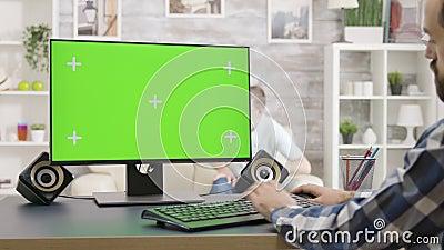 L'homme travaille sur un écran vert isolé, dans un salon lumineux et lumineux banque de vidéos