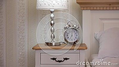 L'horloge et la nuit s'allument sur la table de chevet, main prennent l'horloge, chambre à coucher de vintage clips vidéos