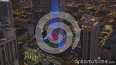 L'inclinazione dell'aereo rivela la City National Bank Downtown di Miami 4k 60p stock footage