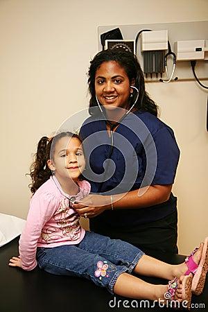 L infirmière contrôle le jeune patient