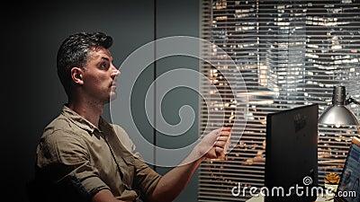 L'ingénieur doué parlant avec quelqu'un au sujet de la conception 3D composante a fait avec la conception assistée par ordinateur banque de vidéos