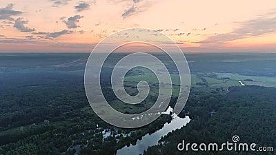 L'inizio del mattino rurale genera la felicità del cielo rosso archivi video