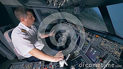 L'inizio del processo di atterraggio ha eseguito da un aviatore professionista Piattaforma di volo della cabina della cabina di p video d archivio