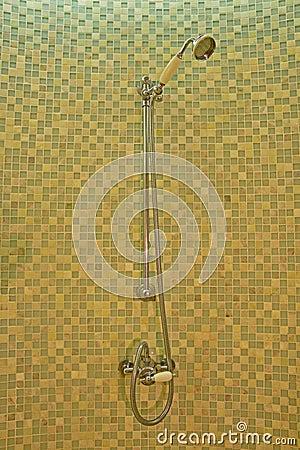 L'insieme classico della doccia con il telefono come la doccia ...