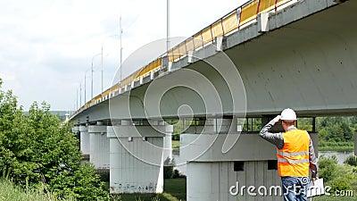 L'inspecteur masculin d'inspecteur inspecte l'état du pont, contrôles, visiteur clips vidéos