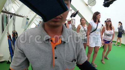 L'istruttore asiatico mette sopra l'attrezzatura del ` s della gente per la discesa al salto estremo dal tetto video d archivio