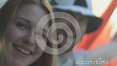 L'Italie heureuse évente le regard criard dans l'appareil-photo, couple folâtre, championnat clips vidéos