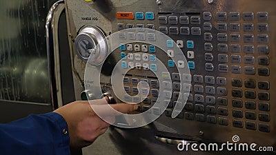 L'op?rateur appuie sur les boutons de contr?le sur l'ext?rieur Machine avec la commande num?rique banque de vidéos