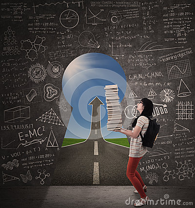 L étudiante asiatique apportent des livres avec la route et le trou de la serrure de succès