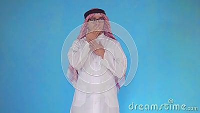 L'uomo arabo sorpreso sta su fondo blu archivi video