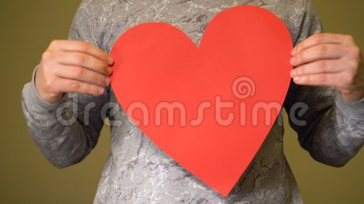 L'uomo che tiene il grande cuore rosso sul petto stock footage