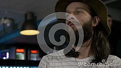 L'uomo con la barba ed i capelli lunghi che mangia con il piatto delizioso degli amici ha preparato dal cuoco unico con esperienz stock footage