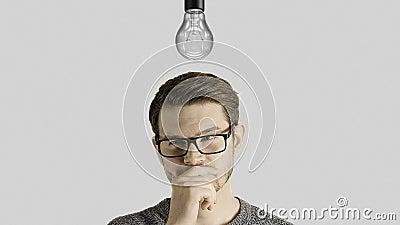L'uomo creativo abile pensa ottiene un'idea, che accende una lampada simbolica sopra la sua testa su fondo bianco video d archivio