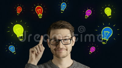 L'uomo creativo abile pensa ottiene un'idea, che salta su come lampade colorate simboliche di forma di animazione del fumetto sop archivi video