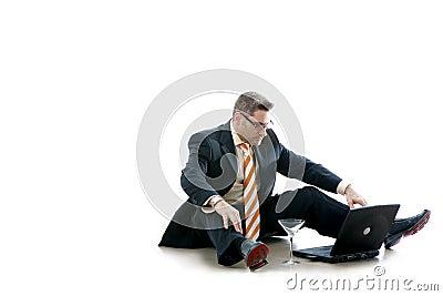 L uomo di affari controlla il suo email (Workaholic)