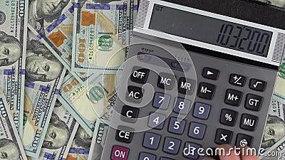 L'uomo effettua i calcoli di soldi su un calcolatore archivi video