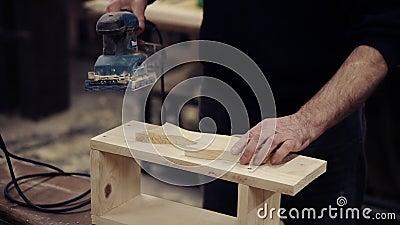 L'uomo irriconoscibile collega l'apparecchiatura all'energia elettrica, colloca il suo modulo sul banco e inizia a macinare la fo stock footage