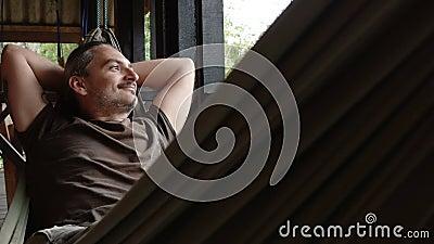 L'uomo si rilassa in un'amaca archivi video