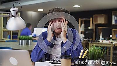 L'uomo stanco o triste lavora in ufficio video d archivio