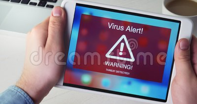 L'uomo tiene la compressa digitale con il segnale di pericolo di allarme del virus sull'esposizione stock footage