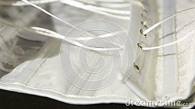 Laçage de corset dans les sous-vêtements d'usine Fabrication des sous-vêtements, attachant l'ouvrière couturière de corset de den banque de vidéos