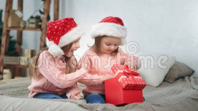 La alegre hermana bebé se ríe celebrar diciembre fiesta abierto de cruz de hadas presente sintiéndose emocionante almacen de metraje de vídeo