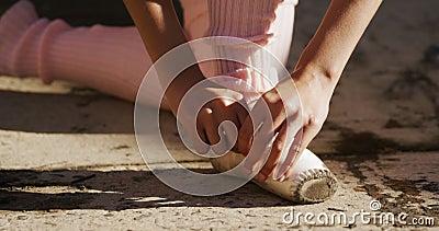 La bailarina se pone sus zapatos de ballet en la azotea almacen de video