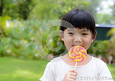 Bambino con la lecca-lecca