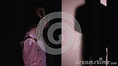La bambina spaventata che si nasconde dal criminale maschio irrompe la casa alla notte, furto video d archivio