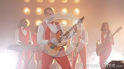 La band di talento durante il concerto stock footage