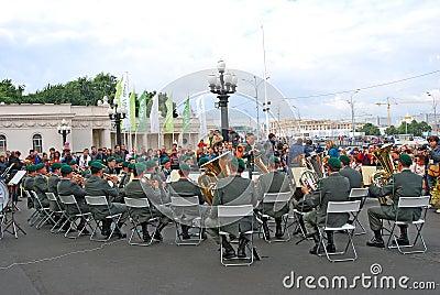 La banda militar el Tirol (Austria) se realiza en Moscú Foto de archivo editorial