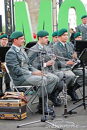 La banda militar el Tirol (Austria) se realiza en Moscú Imagen de archivo editorial