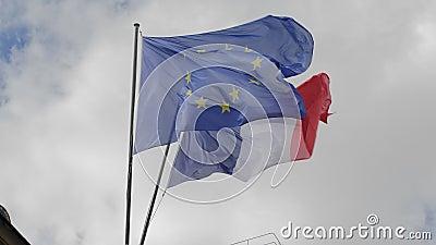 La bandera de Francia y las ondas de la unión europea en el viento Contra el contexto de un cielo nublado C?mara lenta metrajes