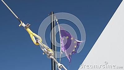 La bandera púrpura de la Unión Europea ondeando el barco con viento almacen de metraje de vídeo