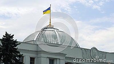 La bandera ucraniana que agita sobre el parlamento que construye en el centro de Kiev Verkhovna Rada de Ucrania almacen de video