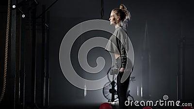 La bella giovane bionda è fidanzata La donna fa esercizi per mantenere la figura Corpo smerigliato di un stock footage