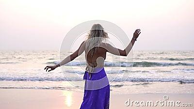 La bella ragazza balla sulla spiaggia Una donna sta ballando una danza orientale video d archivio