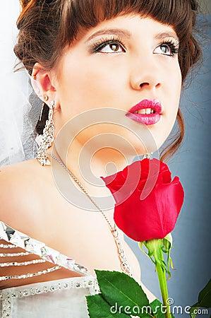 La bella sposa con è aumentato in studio