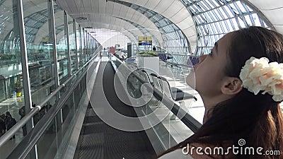 la belle femme 4k asiatique est arrivée à l'aéroport de Suvarnabhumi chez la Thaïlande banque de vidéos