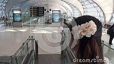 la belle femme 4k asiatique est arrivée à l'aéroport de Suvarnabhumi chez la Thaïlande clips vidéos