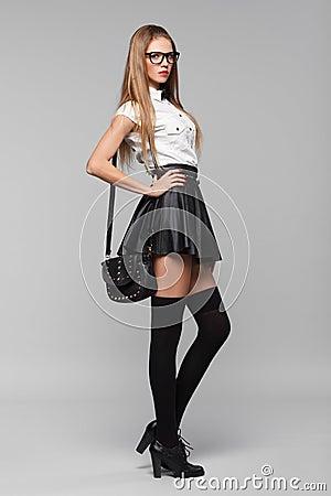 la belle femme sexy est dans le style de mode dans la mini. Black Bedroom Furniture Sets. Home Design Ideas