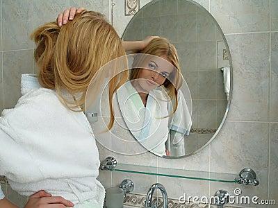 La belle fille regarde dans un miroir dans une salle de bains image stock image 13967081 for Comfemme nue dans la salle de bain