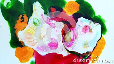 La belleza de la distribución del color en la leche después de las gotas de líquido lavavajillas, pintura de tinta de arte abstra almacen de video