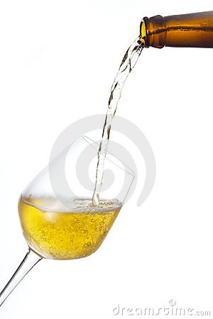 La bière pleuvoir à torrents dedans une glace.