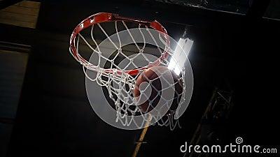 La bola vuela en la cesta, baloncesto Cámara lenta almacen de metraje de vídeo