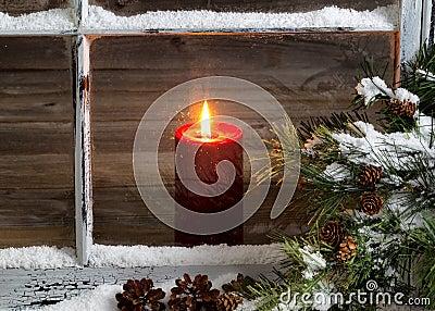 la bougie rouge de no l avec la neige a couvert la fen tre et le pin la maison photo stock. Black Bedroom Furniture Sets. Home Design Ideas