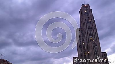 La caída de la puesta del sol de Pittsburgh del lapso de tiempo se nubla el cielo almacen de video