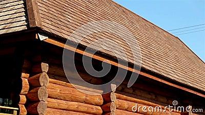 la cabane en rondins de couleur brune avec du goudron a huil le toit en bois de bardeau de. Black Bedroom Furniture Sets. Home Design Ideas