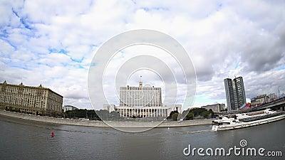 La Camera del governo della Federazione Russa (la Casa Bianca) e dell'argine del fiume di Moskva archivi video